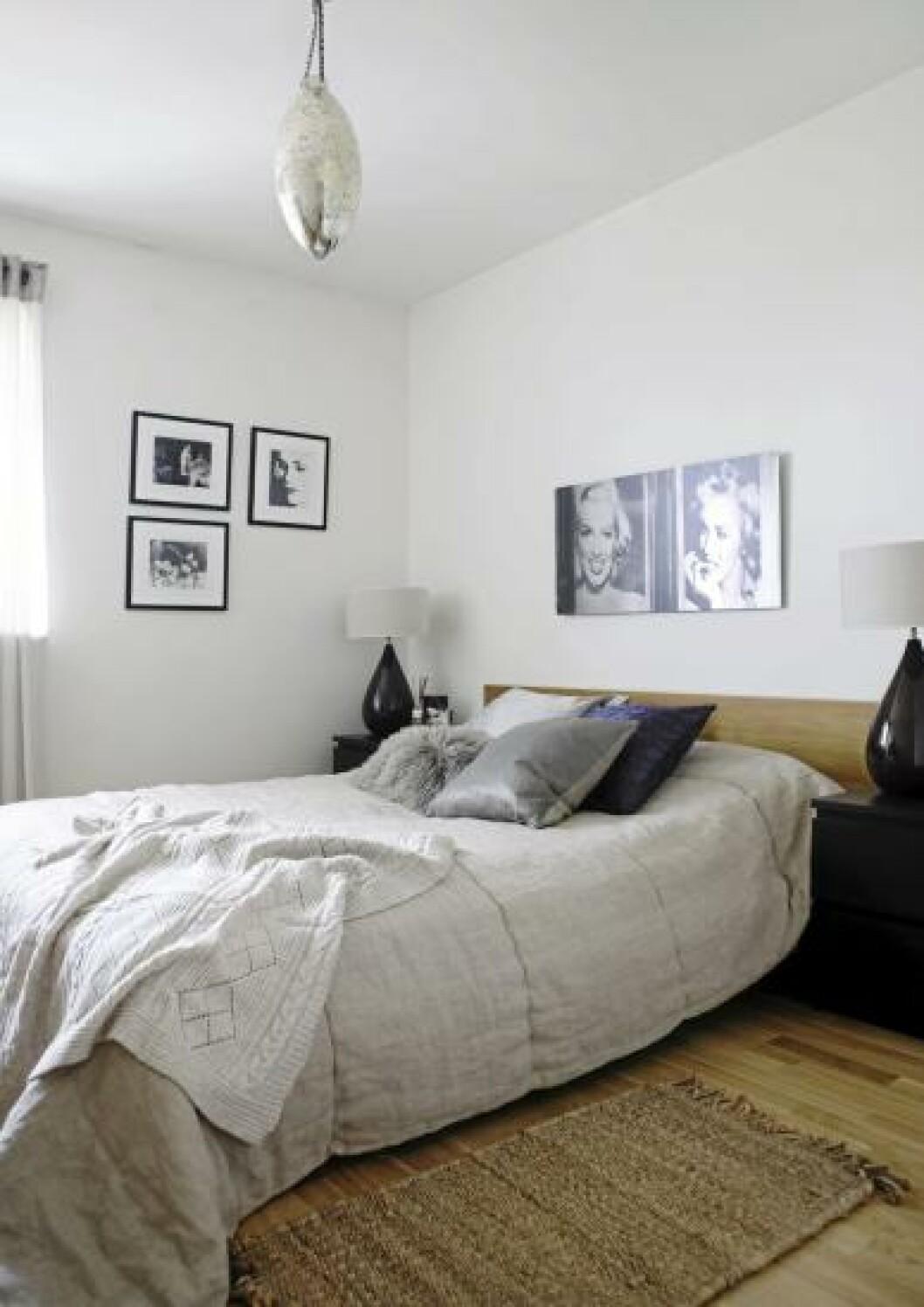 <strong>SOVEROMMET:</strong> Soverommet er enkelt og moderne innredet med lyse farger. Veggene er dekorert med bilder i svarthvitt. Foto: Yvonne Wilhelmsen