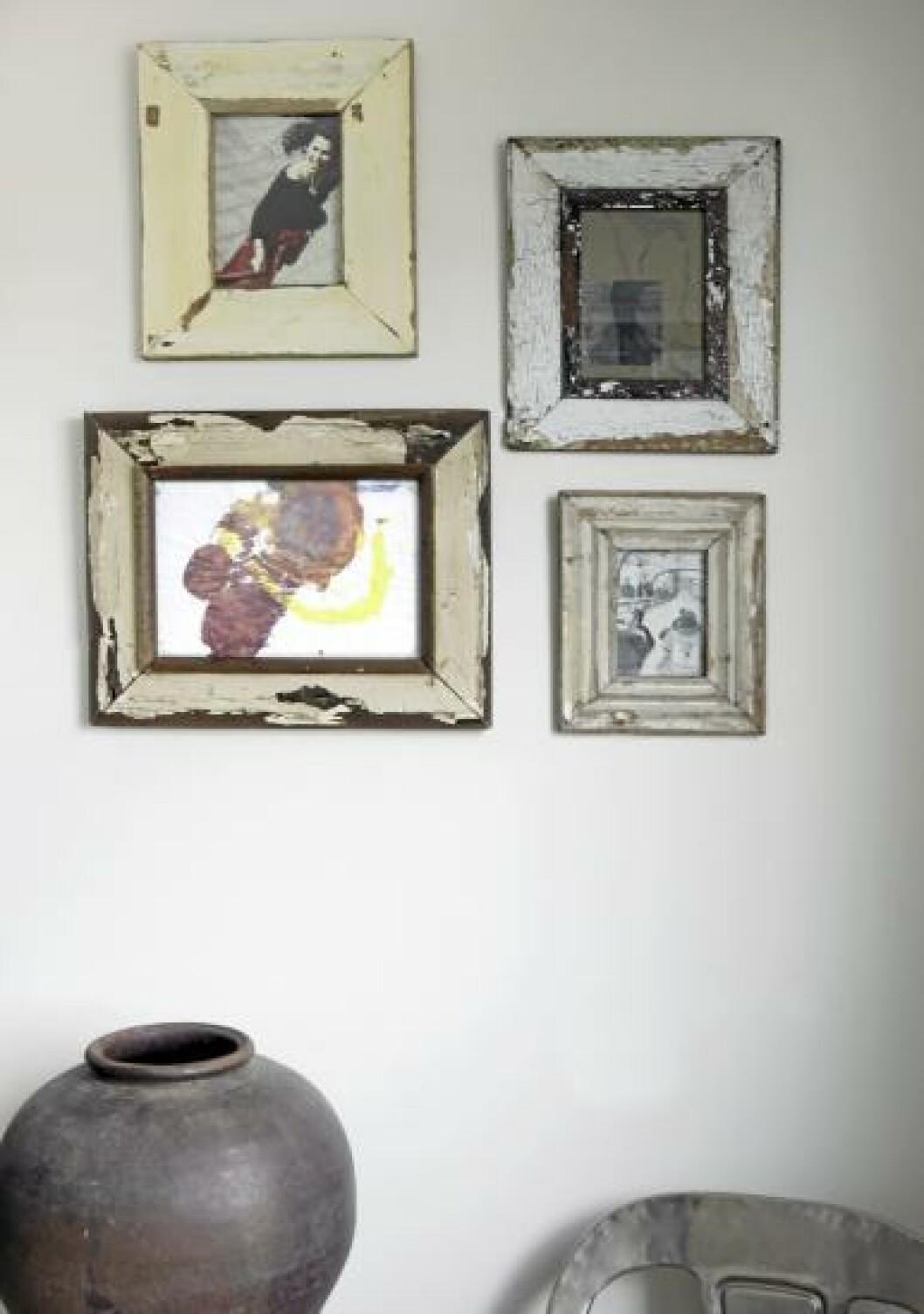 <strong>GROVE RAMMER:</strong> Fotografier og barnetegninger er rammet inn med sørafrikansk drivved. Rammene skapet et helhetlig inntrykk og gir rom for å samle ulike uttrykk innenfor. Foto: Yvonne Wilhelmsen