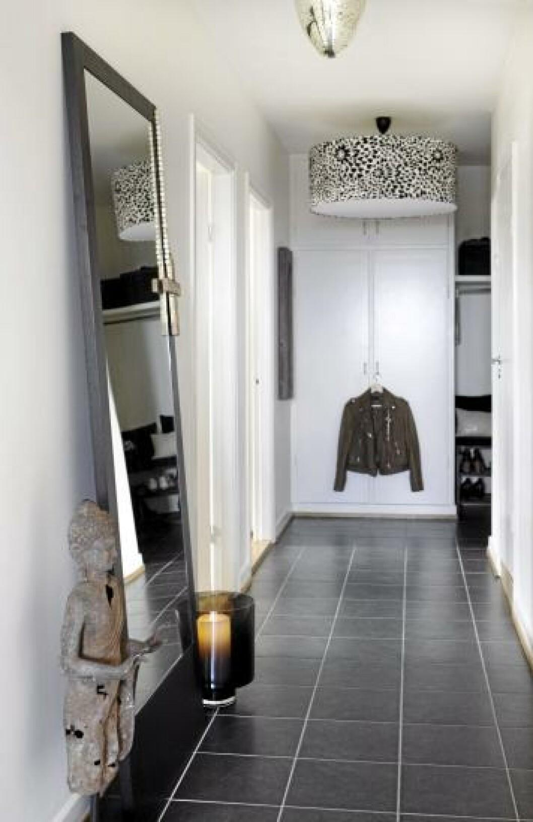<strong>VELKOMMEN:</strong> Et gedigent speil stående på gulvet gjør at gangen virker større. Lampen fra Missoni er et blikkfang, det samme er skulpturen. Gulvfliser fra Flisekompaniet. Foto: Yvonne Wilhelmsen