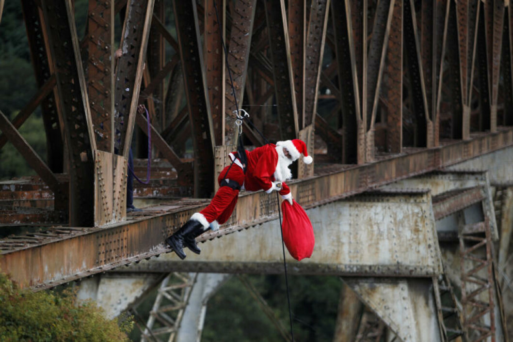 <strong>ADRENALINKICK-NISSE:</strong> Julenissen er vant til store høyder, etter turene med Rudolf, derfor er strikkhopp bare en lek for ham. Foto: JORGE DAN LOPEZ/REUTERS