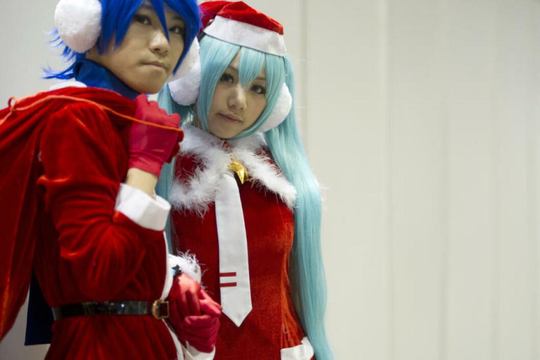 <strong>TRENDNISSER:</strong> De unge nissene i Hong Kong har både blått og lyseblått hår. Foto: AARON TAM/AFP