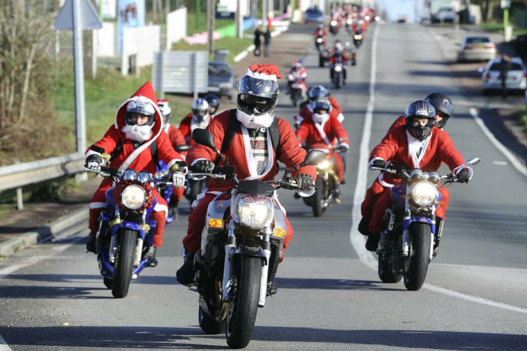 <strong>MC-NISSER:</strong> I franske La Roche-sur-Yon har ikke julenissene reinsdyr, der har de motorsykler. Foto: JEAN-SEBASTIEN EVRARD/AFP