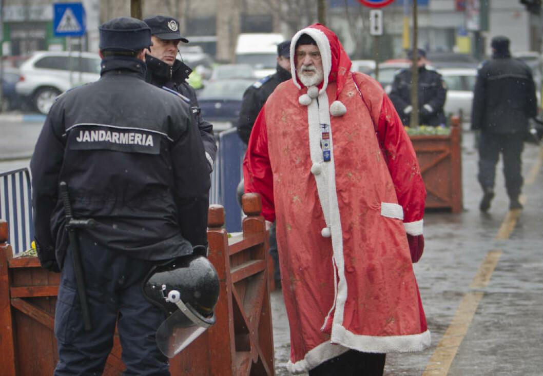 <strong>ANTIKOMMUNIST:</strong> Denne nissen skal ha vært med på demonstrasjonene mot Ceausescu i 1989. Før jul tok han til gatene i Bucuresti igjen. Foto: VADIM GHIRDA/AP