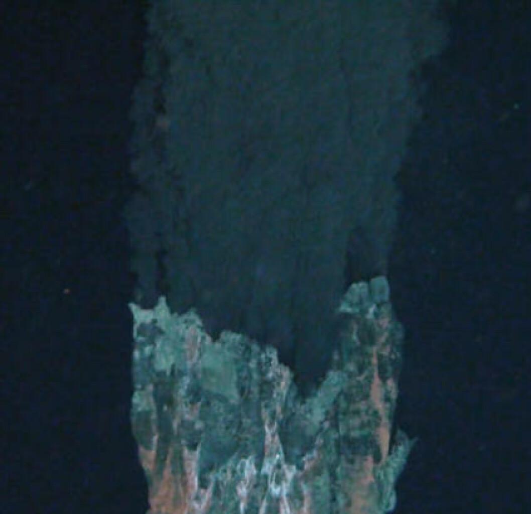 <strong>FOR DU DU RØYKER:</strong>: En såkalt «black smoker». Supervarmt vann fra jordas indre strømmer ut av ventilen og feller ut svolvelforbindelser som fører til den svarte skyen. Foto: Oxford University