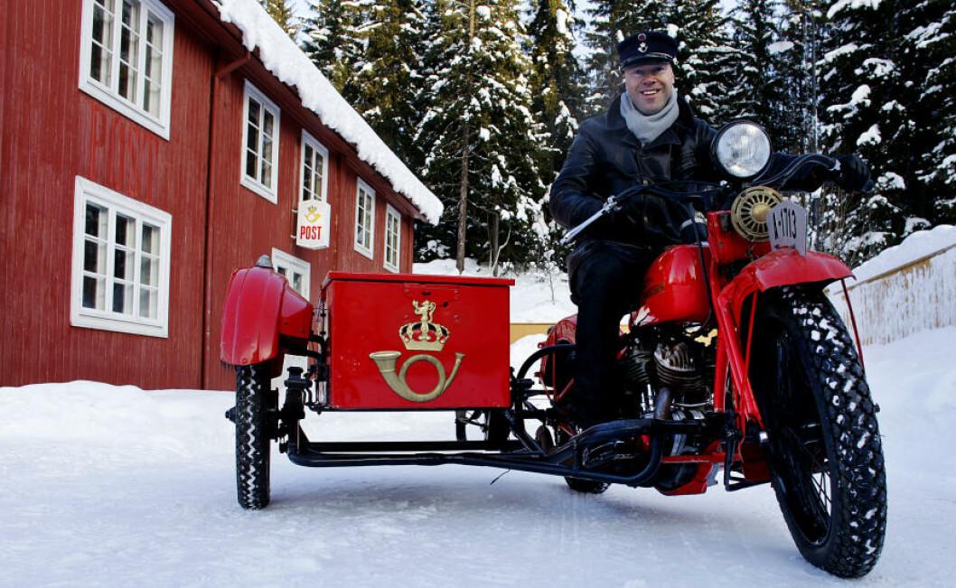 <strong>POSTSYKKEL:</strong> Helge Sognli, konservator og ansvarlig for Postmuseet, på en Harley-Davidson 1932-modell, 1200 kubikk. I 1930-åra brukte Posten blant annet denne typen motorsykler. Foto: OLE C. H. THOMASSEN
