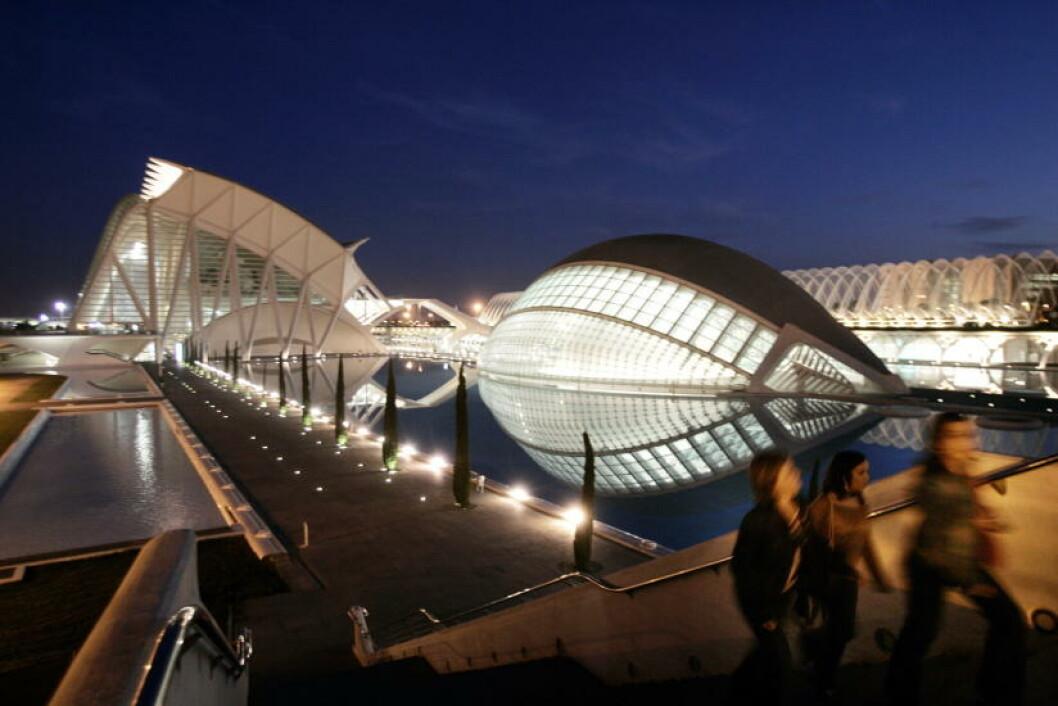 PENT: Operahuset i Valencia om natta er et vakkert syn. Foto: HANS ARNE VEDLOG