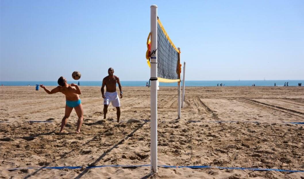 STRANDLEK: På stranda i Valencia - nærmere tre kilometer lang - er det god plass til å utfolde seg. Foto: MORTEN STOKKAN