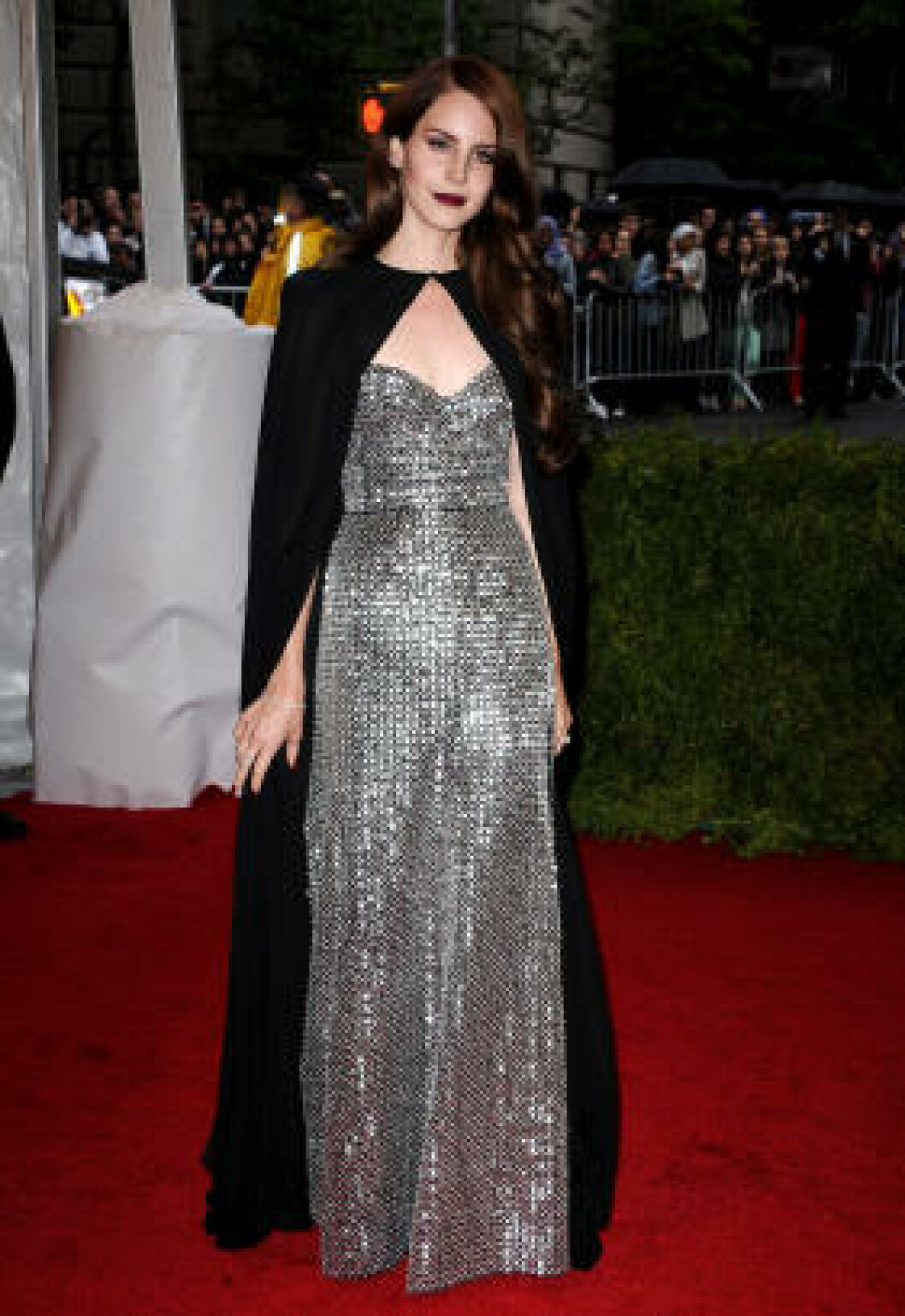 <strong>IKON:</strong> Etter å ha blitt omtalt som et moteikon er Lana Del Rey å se på stadig flere motefester. Her er hun på en Schiaparelli og Prada-utstilling i New York. Foto: Stella Pictures