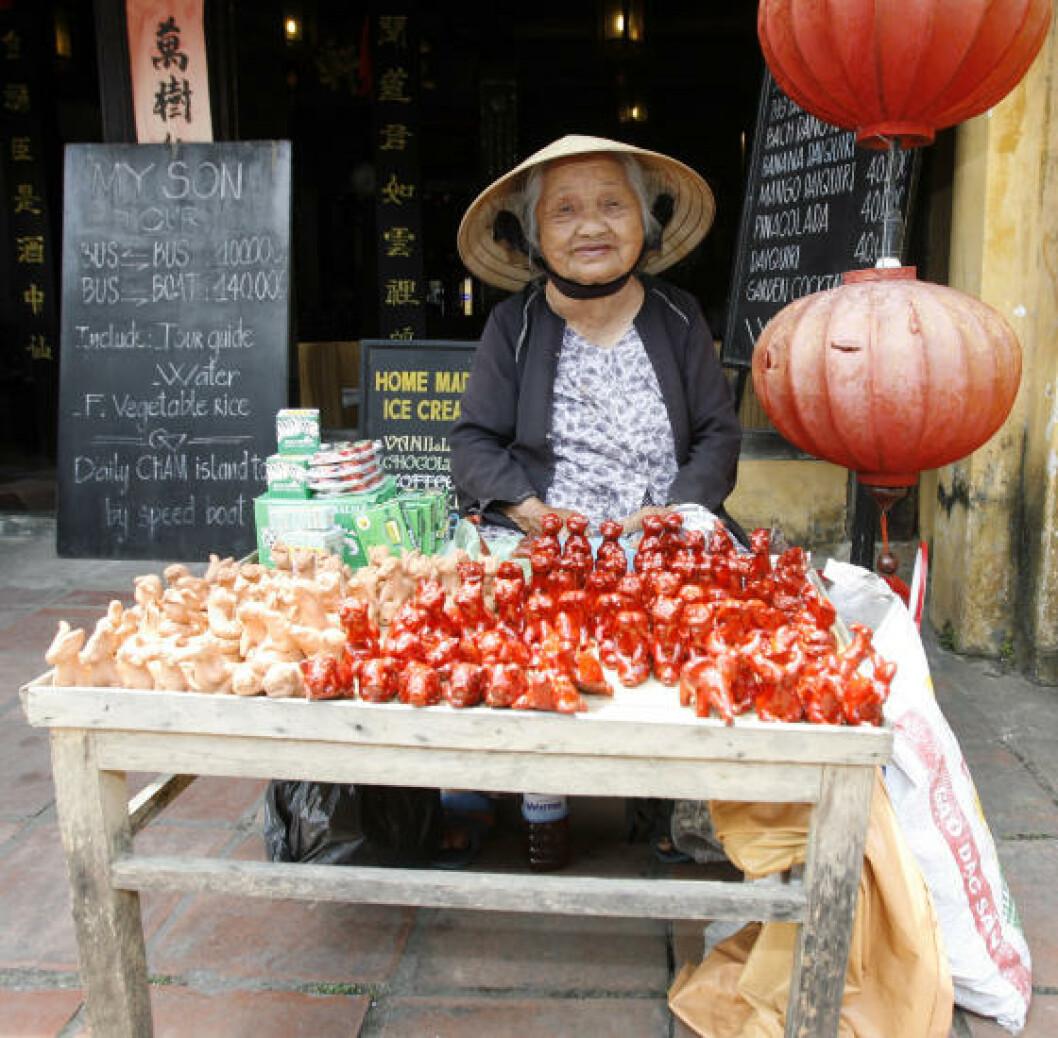 SJARMERENDE BY: En gammel dame selger små figurer i Hoi An. Foto: TORMOD BRENNA
