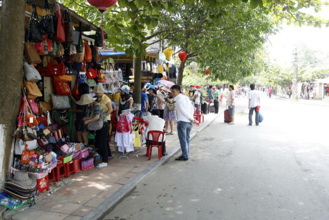 SKATTER: Drar du til Vietnam, bør du komme deg bort fra strender og storbyer. Her finner du skatter av byer og landskaper som Hoi An, handelsstedet der skip fra øst og vest møttes for å utveksle varer. Foto: TORMOD BRENNA