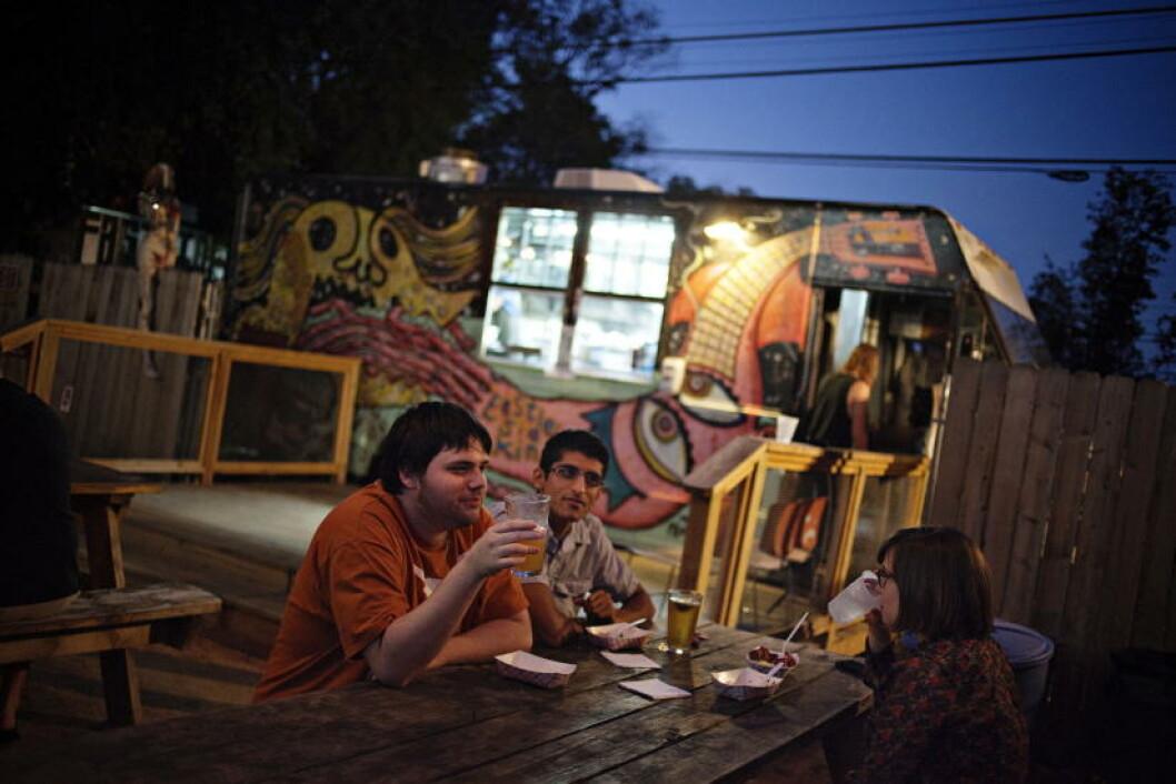 NYTER KVELDEN: Katherine Zeringue (26), Brad Romeo (23) OG Gautam Salhotra (25) nyter kvelden på East Side King. Foto: JO STRAUBE