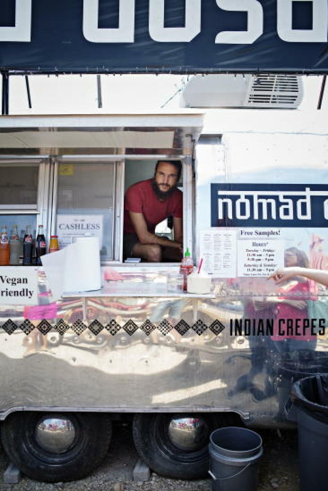 MAT OG MUSIKK: Musiker Jason Ludwig serverer indisk og veganmat i matvogna Nomad Dosa. Foto: JO STRAUBE