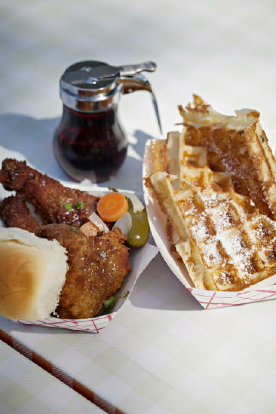 FRITERTE FRISTELSER: Frityrstekt kylling og frityrstekt vaffel fra Ms Ps Electrick Cock. Foto: JO STRAUBE