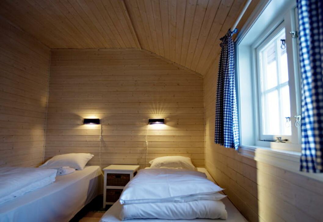 <strong>SOV I RO:</strong> Bølgene slår mot land rett på utsida av soveromsvinduet på Svinøya. Denne rorbua er fra 1870, men flere av rommene er modernisert. Foto: ANITA ARNTZEN