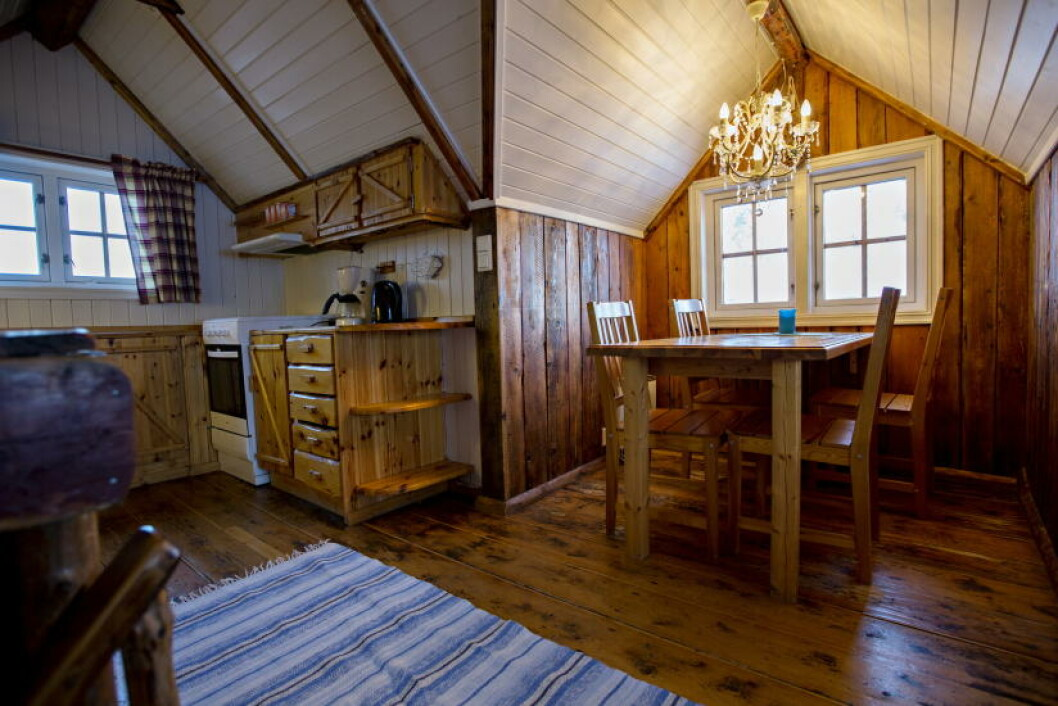<strong>HOTELLSTANDARD PÅ SVINØYA:</strong> Tømmerveggene er riktignok originale, men flislagt bad, hvitt sengetøy og lysekrone i taket gjør at standarden minner mer om et hotell enn ei gammel fiskerbu. Foto: ANITA ARNTZEN