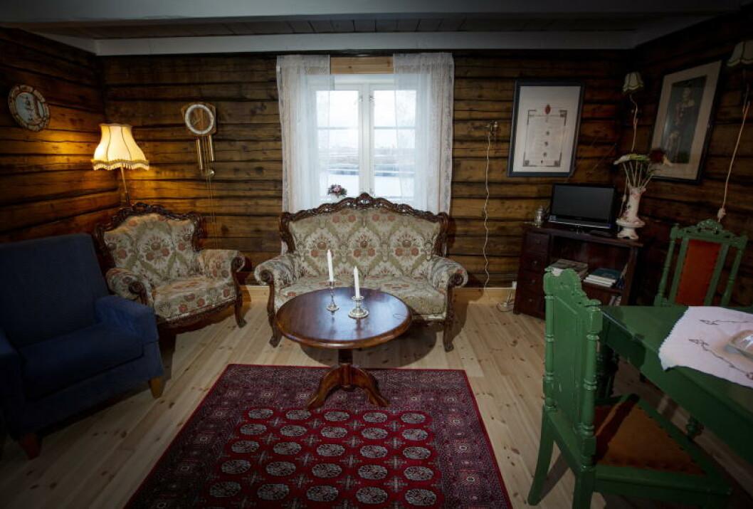 <strong>HISTORISK SUS:</strong> Steinar Johan Greger på Røst har innredet en av rorbuene sine med gamle staselige møbler. Foto: ANITA ARNTZEN