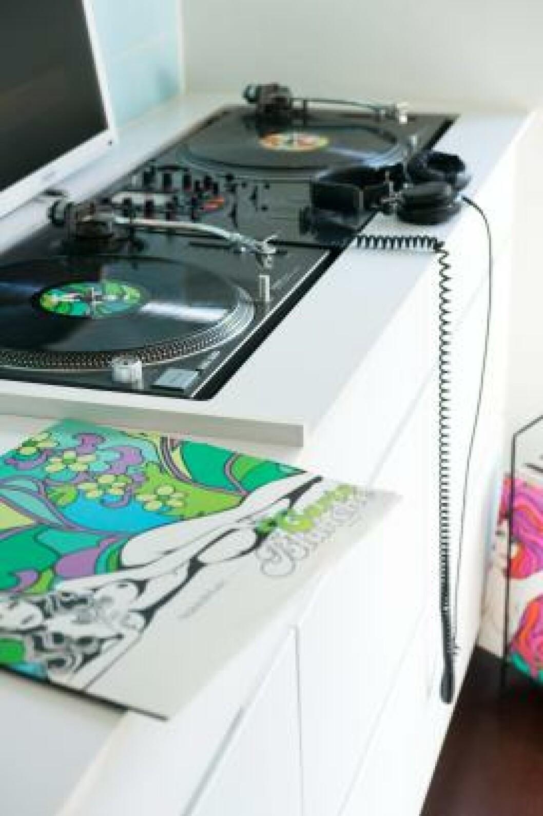 <strong>MIKSEHJØRNET:</strong> Paret har etablert en dj-stasjon i enden av kjøkkenbenken. All musikk styres herfra, også når det ikke er party på gang. Foto: Espen Grønli