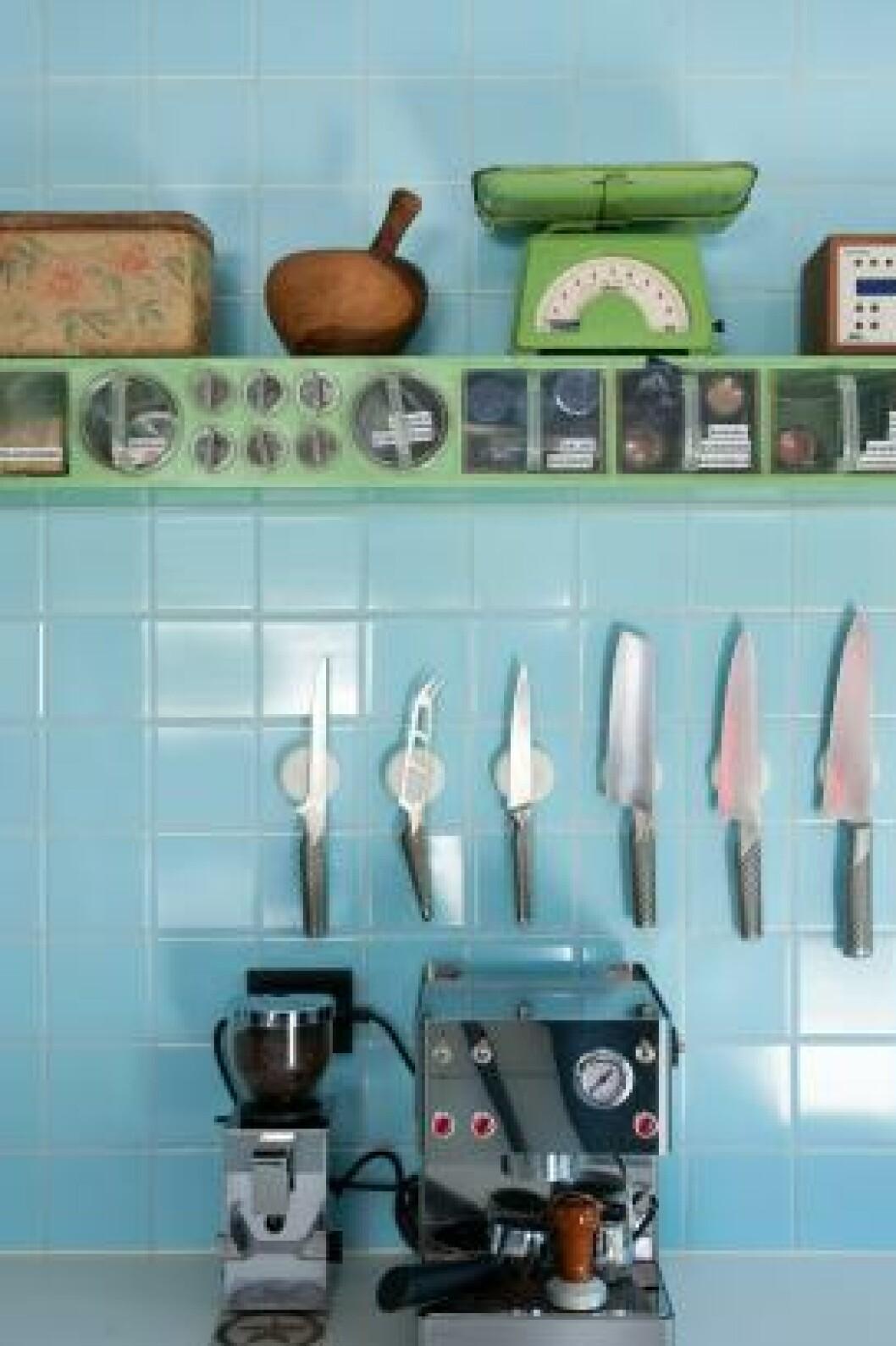 <strong>NYTT OG GAMMELT:</strong> Både krydderhyllene og flisene fulgte med huset, og bidrar til å gi det nye, renlinjede kjøkkenet særpreg.  Foto: Espen Grønli
