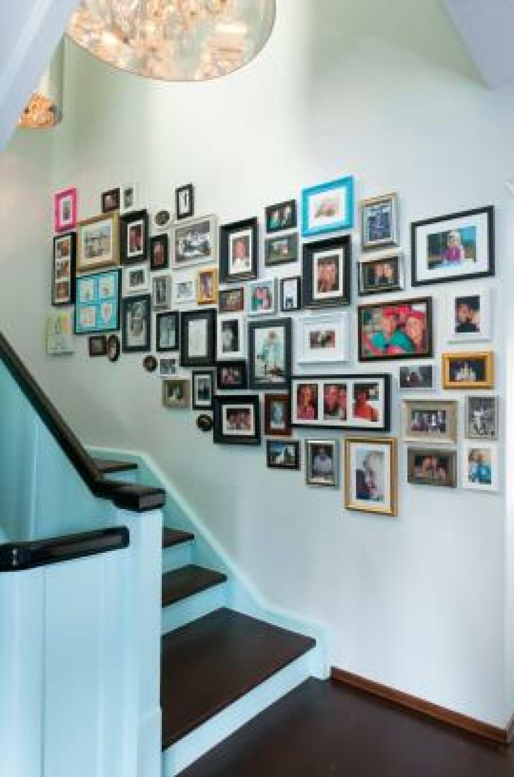 <strong>LEVENDE VEGG:</strong> Bildeveggen gjør at man ikke haster opp og ned trappa, men stopper opp litt. Komposisjonen vokser etter hvert som folk gifter seg og får barn. Foto: Espen Grønli