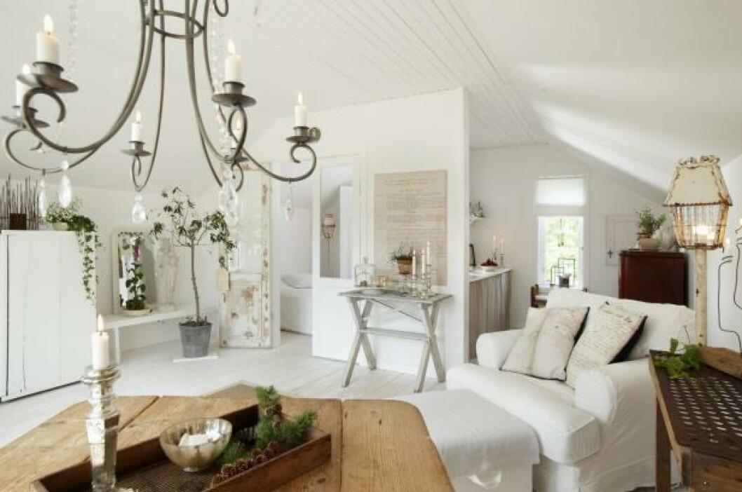 <strong>VIRKER STØRRE ENN DET ER:</strong> Hvitt gulv og tak, store vinduer og enkel møblering gjør at 35 kvadratmeter føles både lyst og luftig.  FOTO: House of pictures