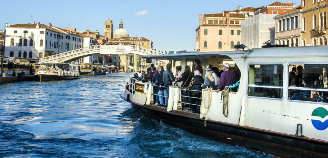 <strong> VANNBUSSEN:</strong>  Her er Venezias vaporetto på vei opp Canal Grande. Foto: JOHN TERJE PEDERSEN