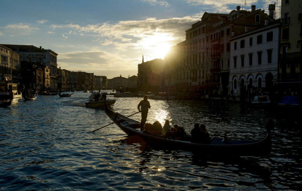 <strong>KVELDSROMANTIKK:</strong>  Det koster ekstra å seile med en gondol når det er mørkt. Foto: JOHN TERJE PEDERSEN