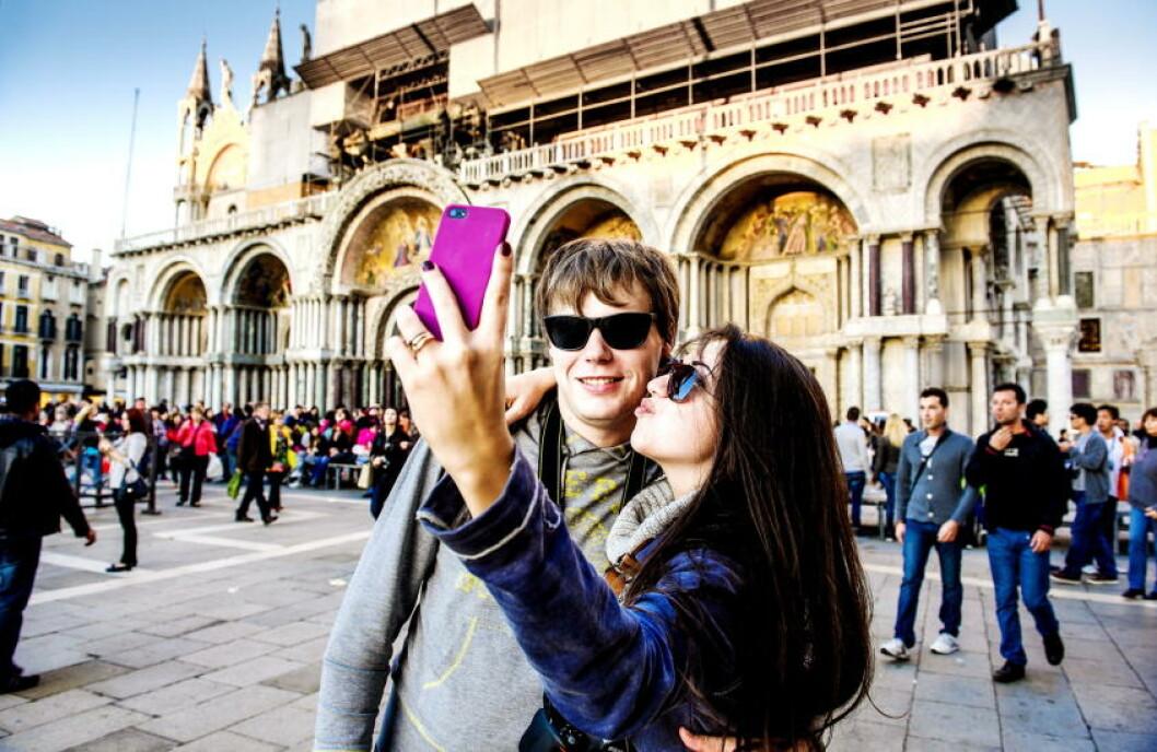 <strong> MARKUSPLASSEN:</strong>  Ungt par fra Ukraina fotograferer på Venezias mest kjente plass. Foto: JOHN TERJE PEDERSEN