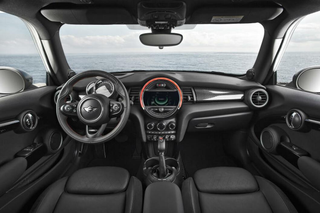 <strong>ORDEN:</strong> Det er ryddet opp i knapper, brytere og instrumenter i nye Mini. Foto: MINI