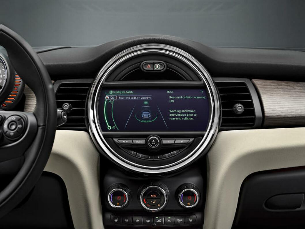 <strong>NYE MINI ER HER:</strong> Speedometeret på nye Mini er ikke lenger i midten av bilen, men bak rattet. I midten finner du nå et kontrollpanel. Foto: MINI