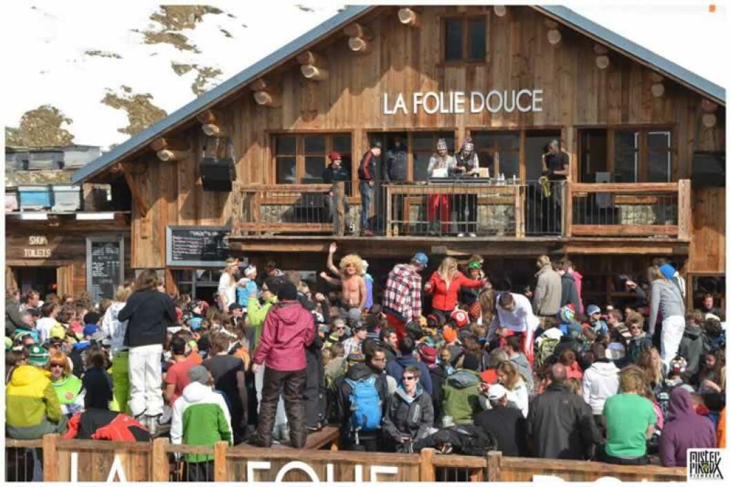 FRANKRIKE:  La Folie Douce på 2600 meters høyde i Val Thorens er den høyeste beliggende utendørsbaren i verden.  Utsikt, elektronisk musikk og dansing på bordene. Foto: LA FOLIE DOUCE