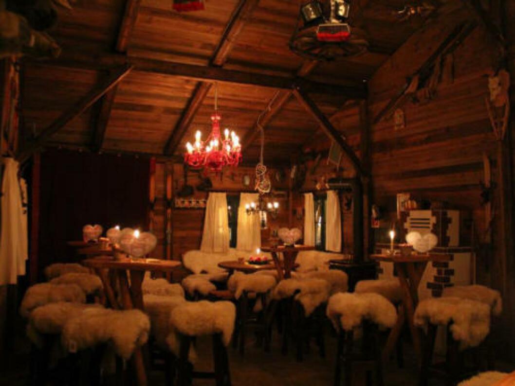TYSKLAND:  Hjemmekoselig hyttekos i Miris Hüttn i Garmisch-Partenkirchen. Prøv en lumumba med kakao, rom og fløte eller en varmende jägerte i en avslappet atmosfære. Foto: MIRIS HÜTTN