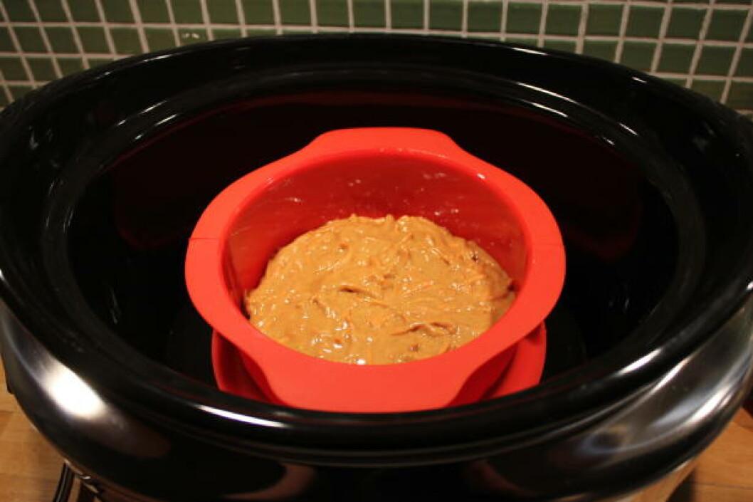 <strong>DAMPBAKING:</strong> Slow-cookeren er ikke bare til gryteretter. Her «dampbaker» vi en gulrotkake som nesten ikke har væske i seg utenom egg. Foto: ELISABETH DALSEG