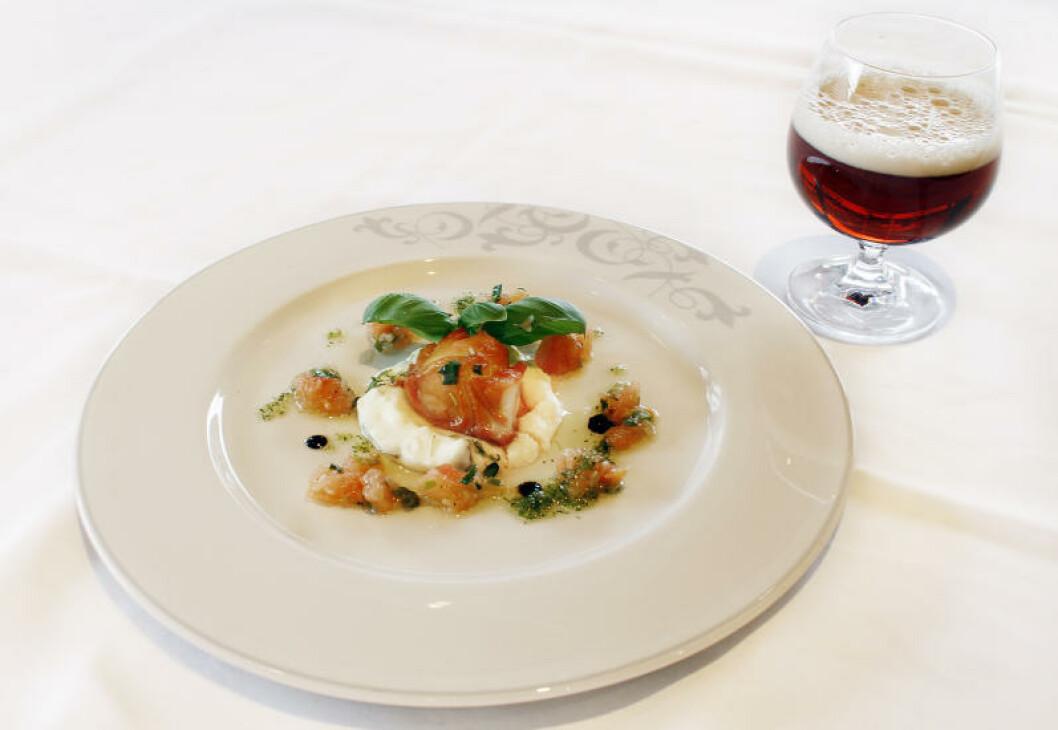 <strong>PORTERKARAMELISERT TORSK:</strong> Fisken er karamelisert med porter og dampet. Servert på potetpuré og tomatconcassesalat og Ægir Rallar Amber ALe, 4,5%.Foto: OLE C.H. THOMASSEN