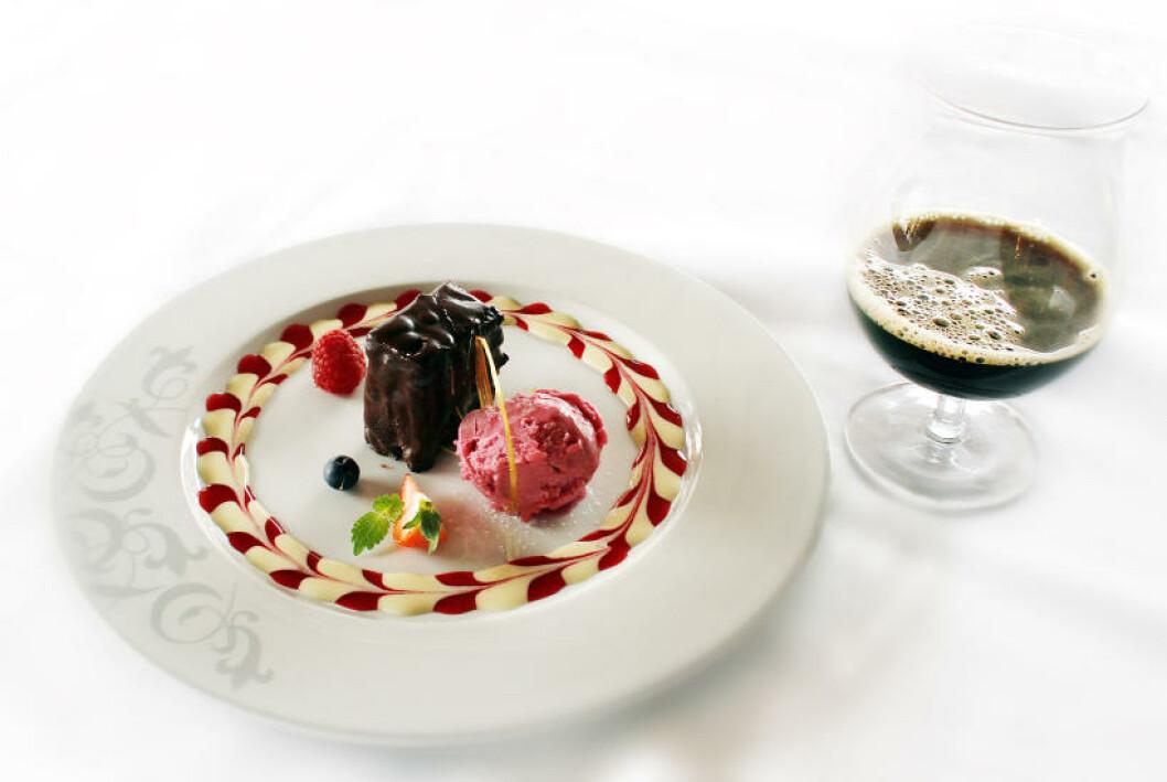 <strong>SJOKOLADEKAKE:</strong> Sjokolade gansche med    imperial porter, karamellmousse og bringebær sorbet, servert med Ægir Lynchburg Natt, en 10 % sterk porter.Foto: OLE C.H. THOMASSEN