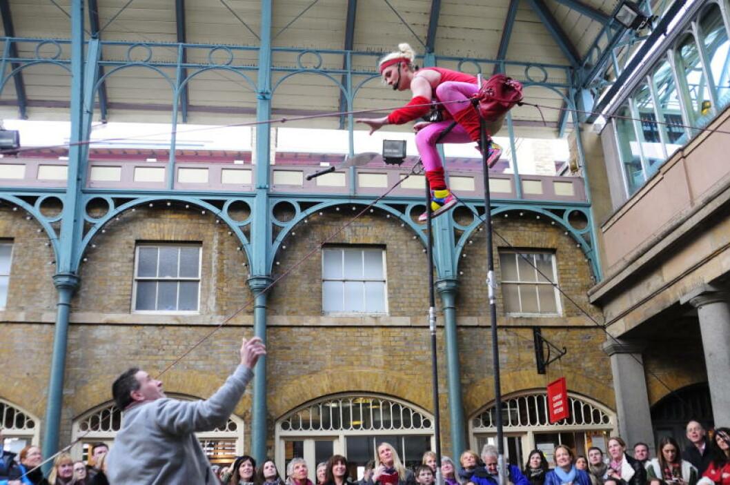 <strong>HØYT OPPE:</strong> I Covent Garden er det alltid mye som skjer. Ta turen og se ablegøyer som dette - uten å betale. Foto: MARIANNE WIE
