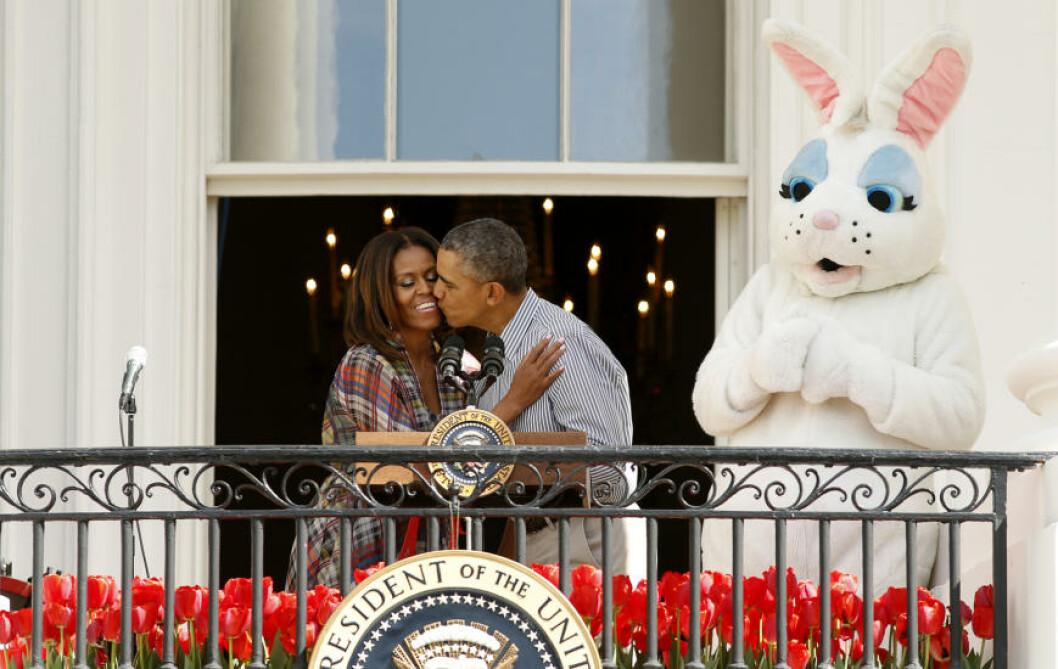 <strong>KYSSET:</strong> President Obama kysser førstefruen mens påskeharen ser på utenfor Det hvite hus. Foto: Kevin Lamarque /REUTERS / NTB Scanpix