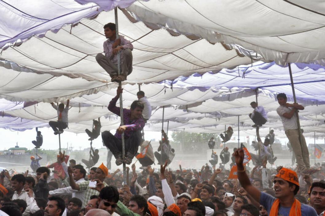 <strong>POLE POSITION:</strong>  Tilhegnere av det indiske hindunasjonalistpartiet BJP under et valgmøte i Uttar Pradesh. 815 millioner mennesker er registrerte velgere i det som regnes som verdens største demokrati. Valget avsluttes 12. mai, og resultatet vil bli kunngjort 16 . mai.  Foto: K. K. Arora / Reuters/ NTB Scanpix