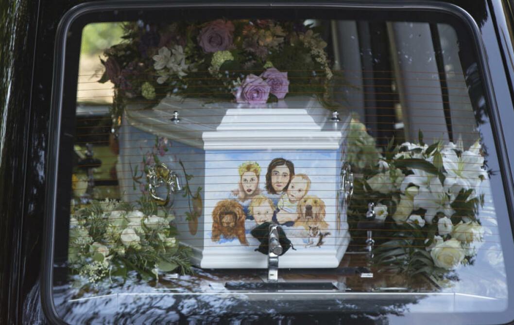 <strong>DE NÆRMESTE:</strong>  I dag ble Peaches Geldof bisatt. Kisten var påmalt et bilde av henne sammen med familien. Foto: Neil Hall / Reuters/ NTB Scanpix