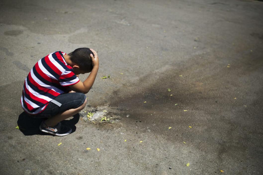 <strong>GUTTEN OG RAKETTEN:</strong> En israelsk gutt ser på restene av en palestinsk rakett som landet på en parkeringsplass i det sørisraelske byen Sderot. Foto: Amir Cohen/ Reuters/ NTB Scanpix