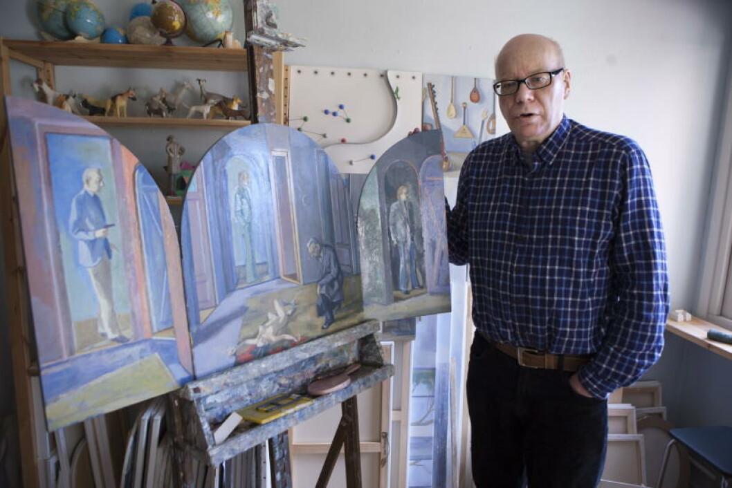 VARIASJON: Daniel Østvold liker variasjoner og velger å male på forskjellige materialer - her ser vi hans helter malt på tre. Foto: Anders Grønneberg