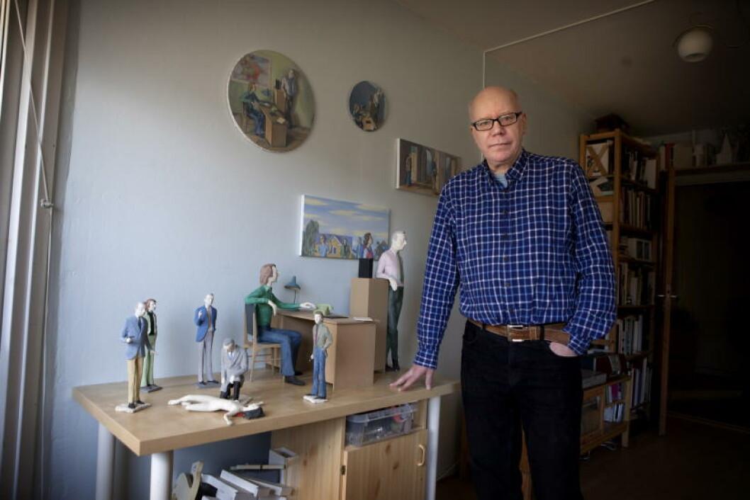 DERRICK-OPPHENG: Kunstneren Daniel Østvold innrømmer å ha et oppheng på den gamle, klassiske krimserien «Derrick», og har malt og laget skulpturer av sine helter. Foto: Anders Grønneberg