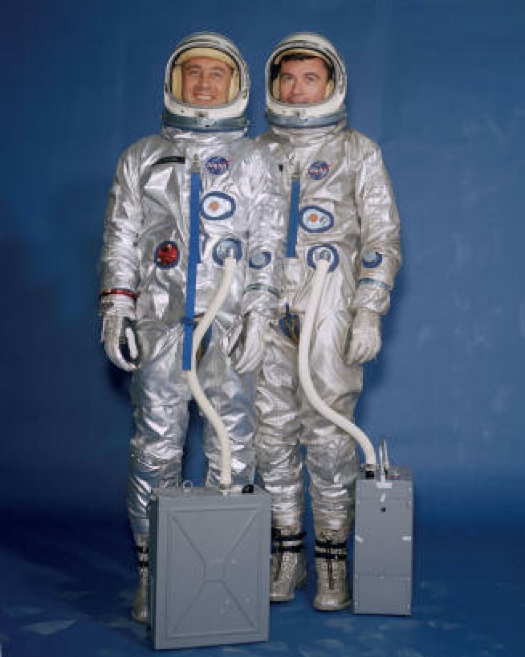 <strong>PROSJEKT GEMINI:</strong> Astronautene Gus Grissom (t.v.) og John Young poserer med romdraktene fra 1965. Foto: NASA
