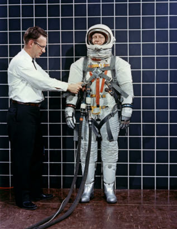 <strong>APOLLO-ROMDRAKT:</strong> Ingeniør Bill Peterson tester drakta på Bob Smyth i 1968. Foto: NASA