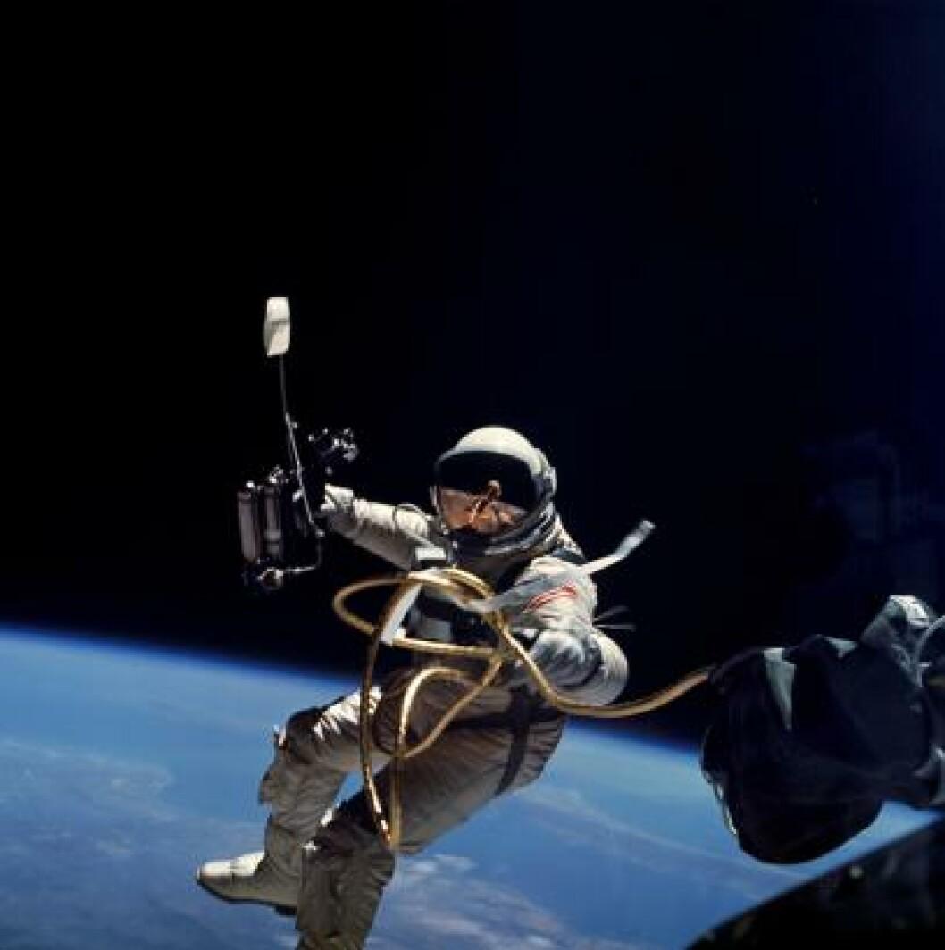 <strong>AMERIKANERNES FØRSTE SPACEWALK:</strong> Ed White bevegde seg fritt i verdensrommet 3. juni 1965. Foto: NASA