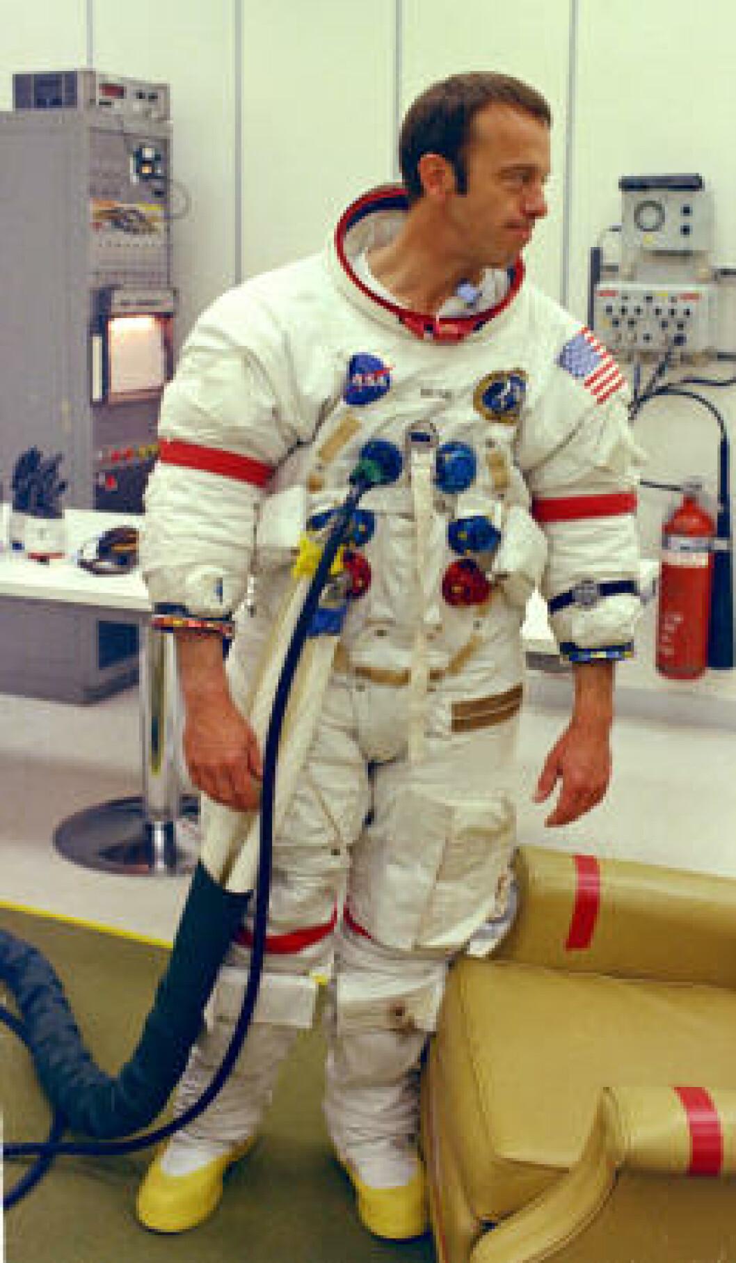 <strong>PROSJEKT APOLLO:</strong> Alan Shepard sjekker drakta før han drar ut i rommet i 1971. Foto: NASA