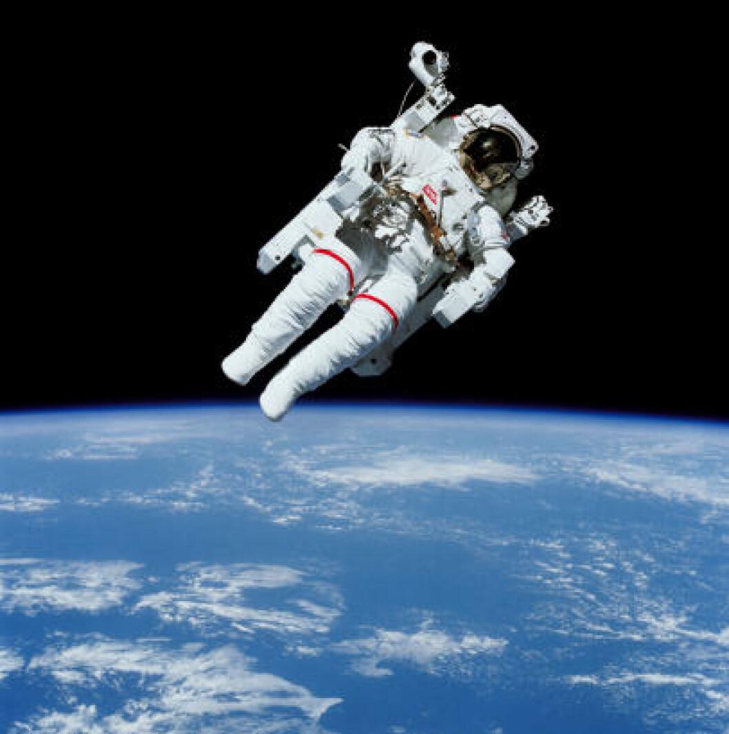 <strong>SVEVER:</strong> Astronaut Bruce McCandless ble den første som svevde i rommet uten line, i februar 1984. Foto: NASA