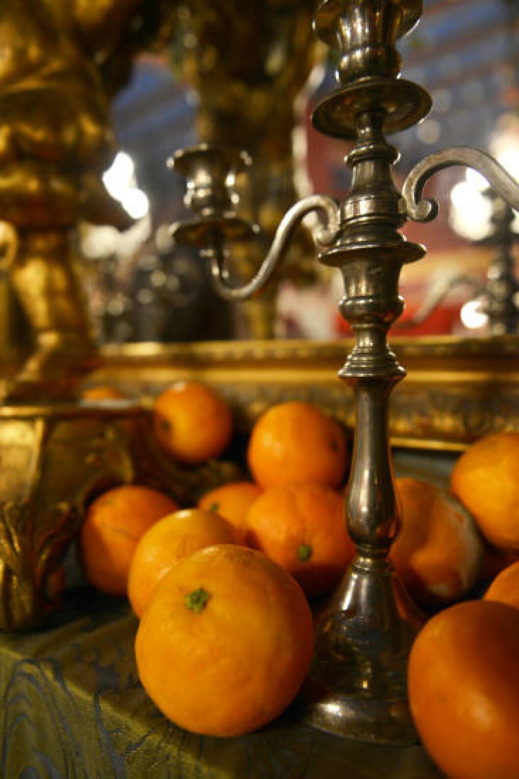 <strong>FERSK FRUKT:</strong> Interiøret i Café de las Horas skal ikke bare se fargerikt ut. Det skal lukte godt også. Derfor er det ferske, ekte appelsiner som ligger som pynt i karmer og på hyller. Foto: GJERMUND GLESNES