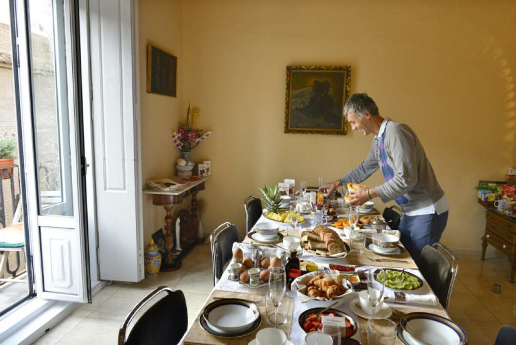 <strong>SISTE TOUCH:</strong> Frokosten kan fort bli dagens lengste måltid for gjestene på Valencia Mindfulness Retreat, der verten Dany hver morgen setter sin ære i at bordet skal bugne av godsaker. Foto: GJERMUND GLESNES