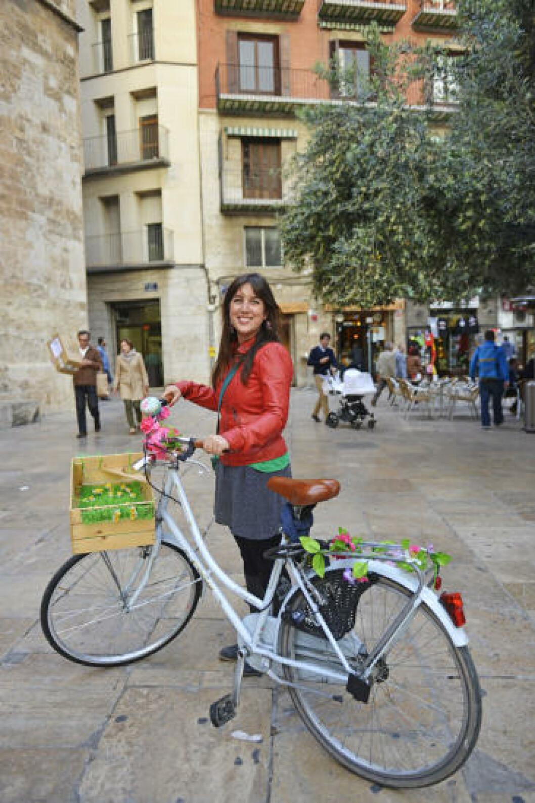 <strong>PÅ TO HJUL:</strong> - Sykkel er definitivt det beste framkomstmiddelet i Valencia, mener Suzie Añon y García, som ellers mener at byens tapasbarer er det aller beste å utforske i Spanias tredje største by. Foto: GJERMUND GLESNES