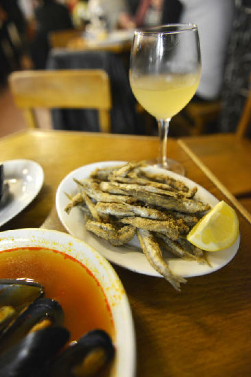 <strong>TOPP TAPAS:</strong> Blåskjell og stekte småfisk (pescadito frito) er de største spesialitetene til Bar La Pilareta på Plaça Tossal i gamlebyen. Svelges gjerne ned med et glass fino, svært tørr sherry. Foto: GJERMUND GLESNES